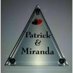 Glazen naambord met achterplaat. Driehoek kleine hartjes.